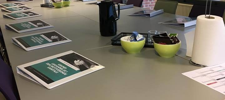 Viser undervisningslokalet på konferencecenter KLINTEN med undervisningsmapper til grunduddannelsen i Den Motiverende Samtale.