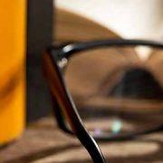 Viser et par briller liggende foran store tunge bøger. Billedet er anvendt i en blog hos MOTIKON.
